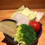 豚中島南方 - お通しの生野菜、味噌で食らう