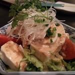 旬彩 じらいや - 豆腐と蒸し鶏のサラダ(写真はハーフサイズ、通常サイズは780円)
