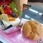 ボヌール・ドゥース - 紅茶とオレンジのケーキ(左) シュークリーム(右)