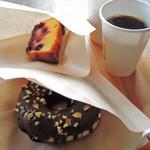 ブルックリン ロースティング カンパニー - ボキらが食べたスイーツはチョコレートドーナッツと アップサイドダウンチェリーケーキ。どちらも美味しいよ~ 特にドーナッツはチョコとナッツのコーティングのバランスが 絶妙ですごくボキ好みでした♪