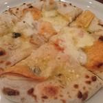 68021459 - 4種のチーズのピザ