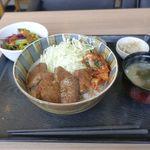 やまの - 今回は「ランプ丼御膳」1400円を注文。お盆の上にはメインのランプ丼のほか、出汁が効いたみそ汁、レタスやビーツなどが入ったサラダ、もやしのナムルなどが入っています。