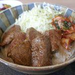 やまの - メインのランプ丼のご飯の上には、千切りキャベツ、キムチ、ランプ肉が盛られてフォトジェニック。