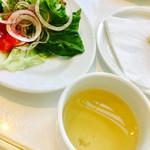 オイスタールーム - サラダが減っています…(笑)       牡蠣だしスープ、おすましみたいでメッチャ好きでした!