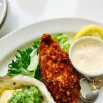 オイスタールーム - 焼き牡蠣(ジェノベーゼ)もフライもおっきい❗️       焼き牡蠣のオイルにパンつけて食べたら♡