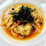 オイスタールーム - 牡蠣とズワイ蟹のビスクパスタ、香草フリット添え