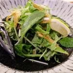 うおづや - 水菜と白エビのレモン胡椒サラダ(730円)