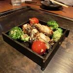 恋鯉 - 牡蠣とブロッコリーのアンチョビガーリック炒め 1000円+税