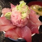 新・函館市場 - マグロ丼