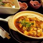 華 - 四川麻婆飯セット。四川麻婆飯とラーメンと揚げ物とお漬け物です。ボリューム満点〜!!