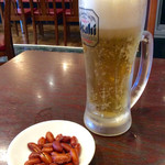 """中国上海料理 豫園 - 「生ビール(中)」(単品は400円相当)。""""お酒セット""""の場合は、380円〜500円のアルコール類に所定の単品2つで1000円となり割安。ピーナツはおまけ。"""
