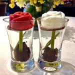 エストリアル - 赤薔薇はラズベリー味、白薔薇はキルシュ酒味。うっとり素敵すぎる(♡ω♡)こんなの見たことない!