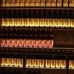 炭火原始焼と蔵元焼酎の店 のどぐろの中俣 - 階段の踊り場まで焼酎がズラリ
