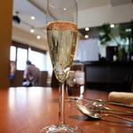 ビストロ クレール - グラスのスパークリングワイン(850円)