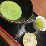 妙香園 - サービスの抹茶と茶菓子