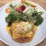 68056043 - ハムチーズベネディクトフレンチトーストは、濃厚で食べ応えありますし、サラダもタップリです