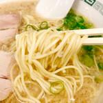 らーめん八 - 麺は博多よろしく細麺でこの濃厚なスープならやっぱりカタとかじゃなく普通が一番しっくり来る!