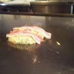鉄板焼き&お好み焼き どーなが - 2枚のバラ肉が鉄板に乗り