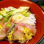 とよ常 - 海鮮ちらし(赤だし付)¥920。とよ常さんだけあって、お刺身も酢飯もおいしかったです。