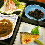 とよ常 - とよ常定食(¥800)のお刺身・焼き魚・もずく酢・ひじきの煮物。さらにあら炊き・香物・ご飯・赤だしがついてこのお値段は値頃感があります。