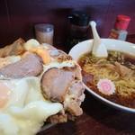 秋山食堂 - チャーシューエッグ丼と半ラーメン