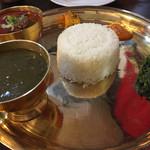 68071227 - 左手前の緑のがダル(豆のスープ).時計周りに、奥の赤いのがタカリカレー(マトン)、漬物、モモと同じスパイシーなソース、ほうれん草炒め。
