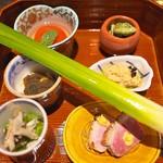 竹ざき - 八寸はフルーツトマト、鯛の白子、万願寺のおひたし、鴨ロース、鯛の子、こごみ。