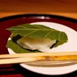 竹ざき - 5月なので柏餅。手作りの白味噌のあん、出来たてはホカホカ。