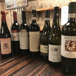 毎月変更する各4種類のグラスワインと各30種のボトルワイン!