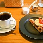 アカツキコーヒー - ブレンド & いちごのベイクドタルト