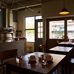 アカツキコーヒー - 店内(テーブル席)