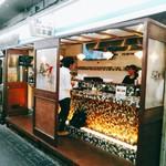 テッパン ビストロ ブリ - 仲見世通りの南の入口寄りにあるモザイク状のカウンターがかわいい立ち呑み屋さん。