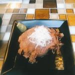 テッパン ビストロ ブリ - 割と大きいゆでタンは590円(税別)。安っぽいコンソメ臭もせず、ほろほろと柔らかくて美味しい。下には柔らかな大根煮。わさび添え。