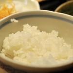 68092460 - 定食スタイルになっておりサラダ・みそ汁・ご飯がセットです。