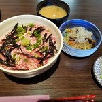 和食ダイニング 粋醸 - 牛トロ丼 味噌汁 春雨サラダ 香物