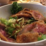 イタリアンバル バッビーノ - レアカツとご飯の間に野菜