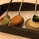 レストラン ラ フィネス - 白アスパラとキャビア、グリーンピースとチョリソー、フォアグラのマカロン
