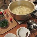 酒場のシャトル - お通しの湯豆腐は食べ放題!
