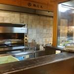 錦大丸 よし - カウンター席から厨房内を見る