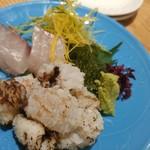 錦大丸 よし - 炙り鱧、縞鯵お造り、あしらえに海ブドウと胡瓜の糸切りが。