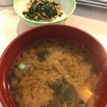 彩り海鮮 KURAGE - 小鉢と味噌汁。
