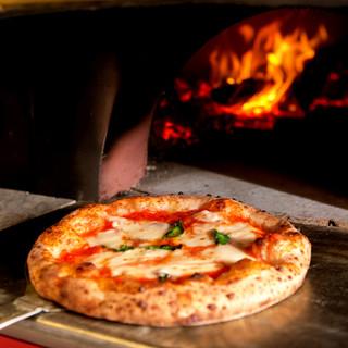 本場イタリアの味をお届け!薪窯で焼き上げる本格ピッツァ!