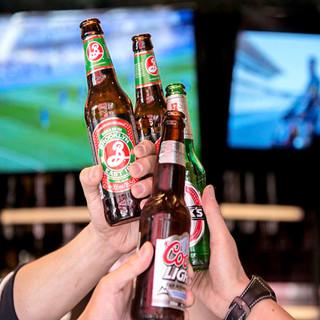 スポーツバーも兼ねたレストランでクラフトビールを満喫☆