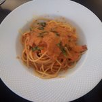 ヴィア トスカネッラ - スパゲッティ ベーコンとホウレン草のトマトクリームソース(真上から)