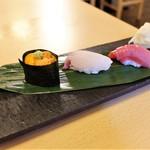 jukuseigyotonihonshutowarayakinakakemmaru - お寿司 3貫(ウニ、カンパチ、中トロ)