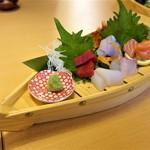jukuseigyotonihonshutowarayakinakakemmaru - 熟成魚 刺身 並舟 980円