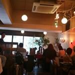 ザリガニカフェ - 店内はオシャレなライトが沢山。素敵な内装です