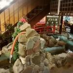 知床 かに乃家 - 2Fへの階段に隠れてコンセプトが不明の噴水コーナー