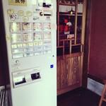 豚骨らーめん 一本道 - 店内入口の券売機です!昭和レトロなドアもスタッフのお気に入りです!