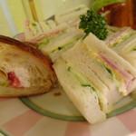 ベーカリーカフェ 明治堂 - アフタヌーンティーのサンドイッチ